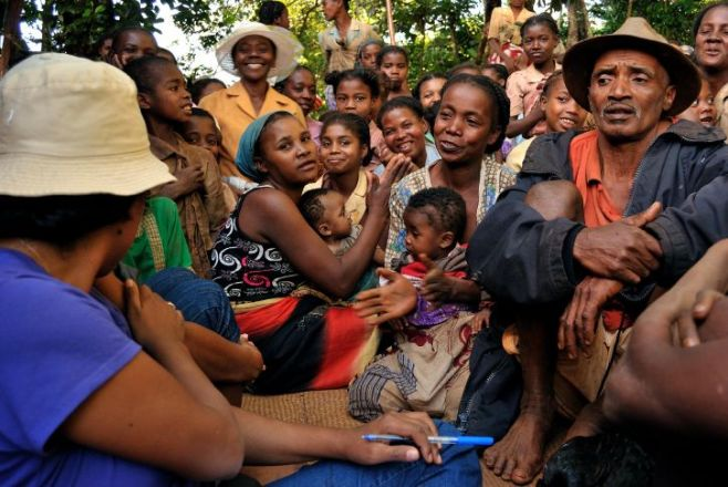village-group-behavior-change-communication-session-in-madagascar-725x485